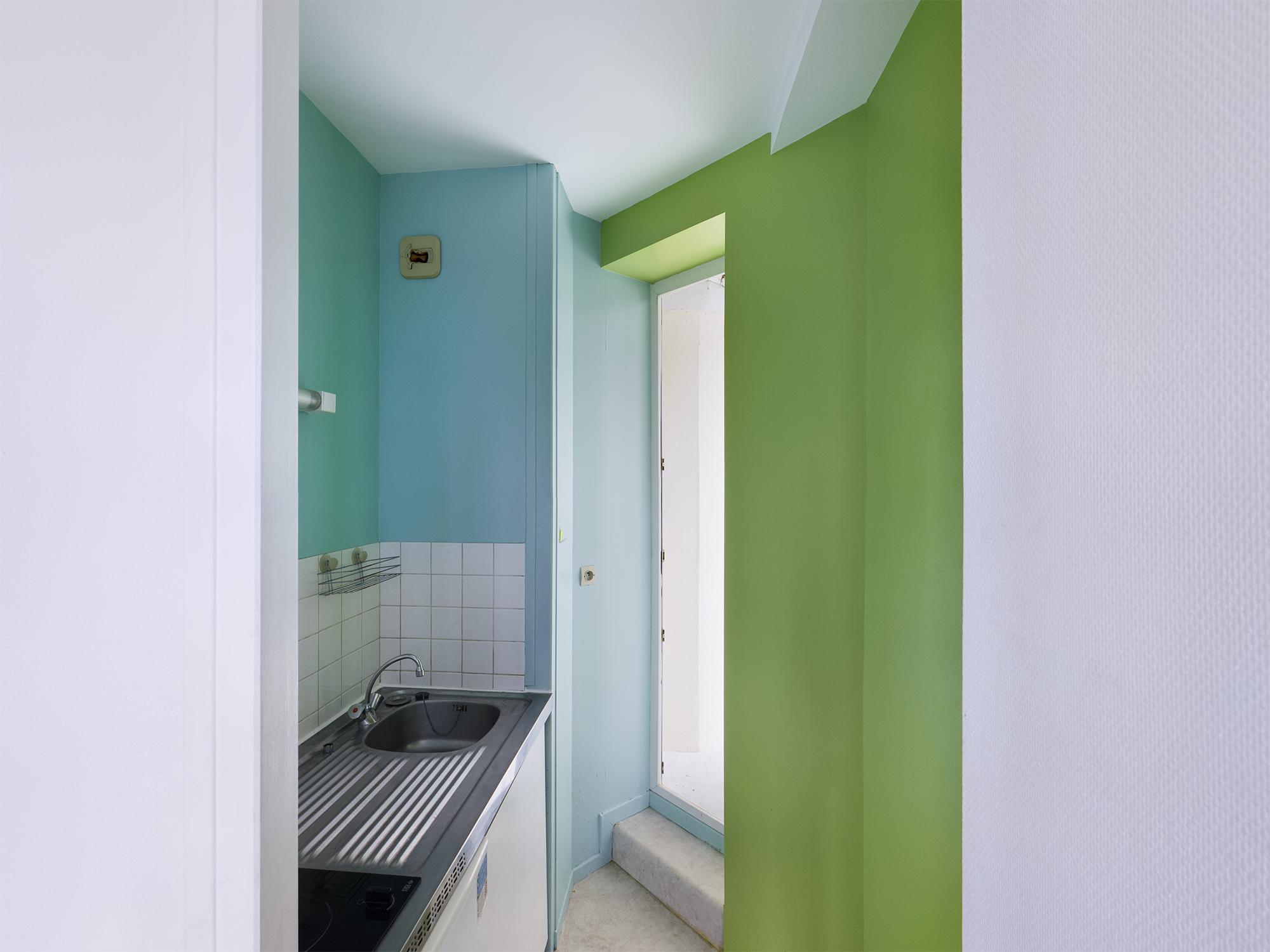 Ici, le coin cuisine est séparé de la pièce principale.